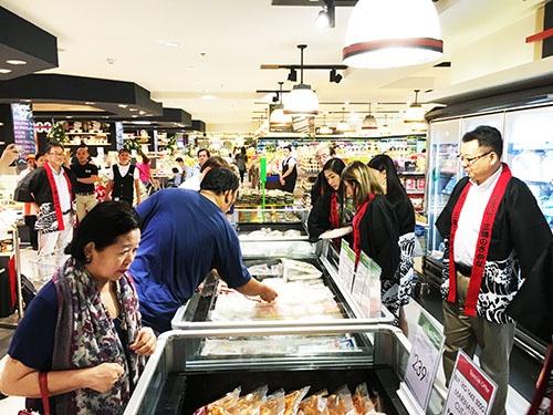 フィリピンのスーパーで三陸の水産物を売り込む、阿部長商店の阿部泰浩社長(右)。