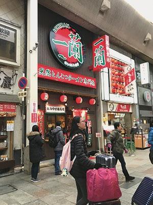 "<span class=""fontBold"">超過労働を指摘された留学生10人は外国人観光客が特に多い大阪·道頓堀の店舗に勤務していた</span>"