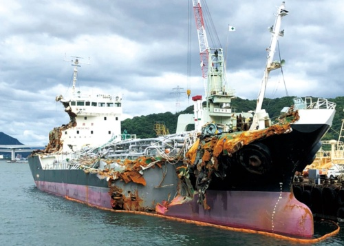 "<span class=""fontBold"">側面や居住部を破損したタンカー「宝運丸」。衝突後も暴風にさらされたが乗組員は全員無事だった</span>"