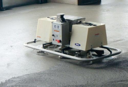 "<span class=""fontBold"">建物のコンクリート床を仕上げる「T-iROBO Slab Finisher」。レーザーセンサーを搭載したロボットに空間を把握させ、範囲内を自動で仕上げる</span>"