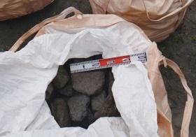 """<span class=""""fontBold"""">藻礁基盤の材料となった人工砕石の鉄鋼スラグ。スラグに含まれる鉄分が海藻などの生育を促す</span>(写真=国土交通省四国地方整備局提供)"""