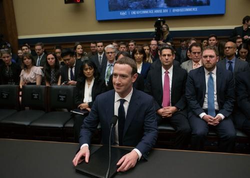 "<span class=""fontBold"">2018年4月に米議会の公聴会で証言するフェイスブックのザッカーバーグCEO</span>(写真:PIXTA)"