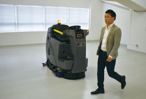 前面の3Dカメラで写した障害物をAIが解析し「人」か「物」かを判断。米国では2016年から販売され、今年8月に日本に上陸