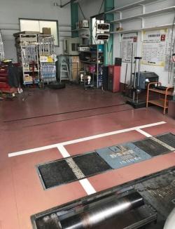 """<span class=""""fontBold"""">整備工場の車検ライン。設備や資格を持つ検査員がいるなど一定の基準を満たしたところは「指定工場」として、その場で車検業務もできる</span>"""