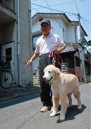 """<span class=""""fontBold"""">古田さんと愛犬の2代目クッキー。大相撲の開催時期は横綱の土俵入りに合わせて散歩を終える</span>"""