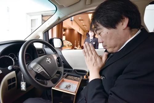 """<span class=""""fontBold"""">高齢者や障害者向けに、車に乗ったまま焼香ができる斎場がオープン。会場に面した専用通路に車を横付けし、香炉を受け取る</span>(写真=林 安直)"""
