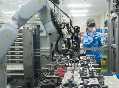 """<span class=""""fontBold"""">ハーモニック・ドライブ・システムズの穂高工場(長野県安曇野市)では、減速機の組み立て工程にロボットを導入したことで生産効率を高め、需要の増加に対応する</span>"""