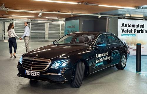 "<span class=""fontBold"">ドイツ・シュツットガルトのメルセデス・ベンツ博物館の駐車場。レベル5の自動運転車両が走行する</span>"