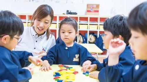 "<span class=""fontBold"">Jフロントが提携する「拓人こども未来」の保育所における知能教育の様子</span>"