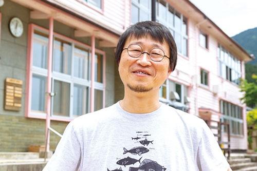 """<span class=""""fontBold"""">牧大介社長は、西粟倉村の自然環境を活用したビジネスモデルを探る</span>(写真=菅野 勝男)"""