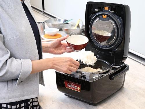 "<span class=""fontBold"">炊飯器「炎舞炊き」は昔ながらのかまど炊きの手法を応用。予想実勢価格は約12万円と強気の設定</span>(写真=陶山 勉)"