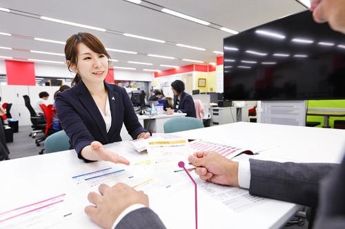 "<span class=""fontBold""><span class=""title-b"">カードを使って制度構築</span><br />人材の資質を75種類の特性に分解したカードを見ながら、経営者の目標や考えを人事評価制度に反映する</span>(写真=北山 宏一)"