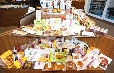 """<span class=""""fontBold""""><span class=""""title-b"""">多様な菓子を自動生産</span><br />機械を納入する菓子メーカーごとに材料を混ぜる時間や焼き方などを変化させ、全国の様々な菓子の製造を支える</span>(写真=室川 イサオ)"""