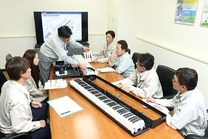 "<span class=""fontBold"">電子ピアノの新製品は生産部門が要望を出し、作りやすい設計に</span>(写真=向田 幸二)"