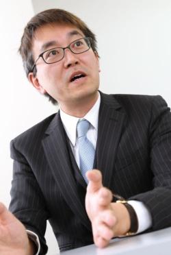 <b>羽生善治</b> Yoshiharu Habu<br /> <b>1970年生まれ。85年にプロデビューし19歳で竜王位獲得。96年に史上初の七冠独占達成。現在は三冠(王位、王座、棋聖)。</b>(写真=陶山 勉)