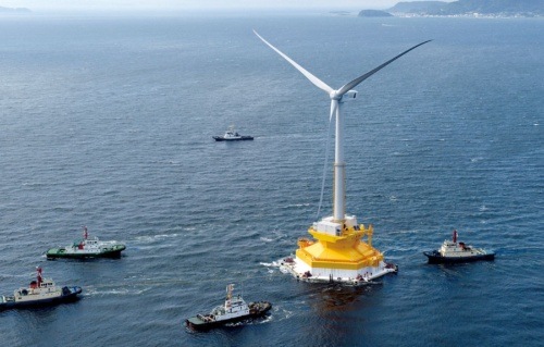 <b>2016年7月に兵庫県洲本市沖から福島沖を目指す、アドバンストスパー型の浮体式洋上風力発電設備</b>(写真=朝日新聞社)