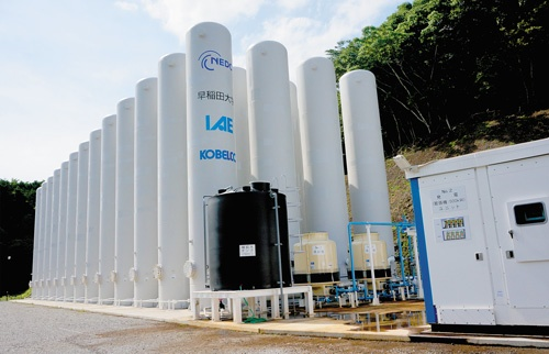 <b>神戸製鋼所などが4月に運転を開始した「圧縮空気エネルギー貯蔵システム(空圧電池)」の実証設備(静岡県河津町)</b>