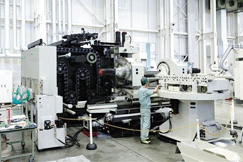 """<span class=""""fontBold"""">工場に据えられた製造中 の工作機械「YBM 8T- 63TT」。ラインナップの中 では中型クラス。人手で丁 寧に組み立てる</span>(写真=森田 靖)"""