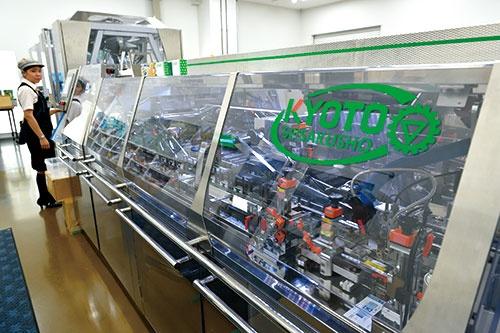 "<span class=""fontBold"">京都製作所が開発した機械。ほぼ全ての機械が顧客の要望に応えたオーダーメード</span>(写真=水野 浩二)"