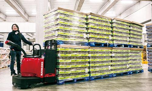 """<span class=""""fontBold"""">メーカーは「パレット」と呼ばれる専用の台に載せ、コストコの物流センターに出荷。</span>"""