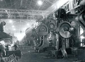 <b>鍛造プレス群</b>(挙母工場、1958年頃、写真提供=トヨタ)