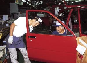 <b>1984年当時の高岡工場の組み立てライン。米国ケンタッキー工場からの研修社員の姿も</b>(写真提供:トヨタ)