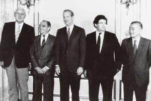 <b>1985年9月22日、先進5カ国蔵相・中央銀行総裁会議で発表されたプラザ合意は、日本に「財テクの時代」を到来させ、バブル景気をもたらした</b>(写真=AP/アフロ)