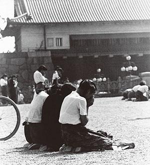 <b>1945年8月15日正午、昭和天皇の肉声を録音した「終戦の詔書」が日本放送協会からラジオ放送された</b>(写真=AP/アフロ)