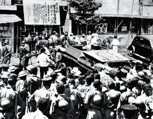 <b>東宝の労働争議。砧撮影所には米軍の戦車まで出動し、財産権保全の仮処分が執行された</b>(写真:読売新聞/アフロ)