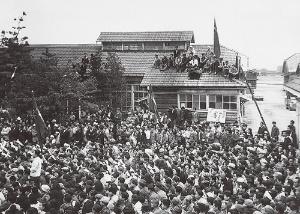 <b>トヨタ自工本社事務所前で開かれた労働組合の職場集会</b>(写真提供=トヨタ)