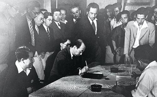 <b>喜一郎の辞任を受け、労働争議は終結。覚書の調印が行われた</b>(写真提供=トヨタ)
