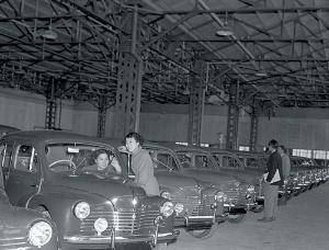<b>1953年、日野ヂーゼル工業がフランスのルノーとの特約により、4CVの組み立て生産を開始した</b>(写真:毎日新聞社/アフロ)