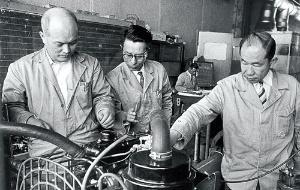 <b>クラウンの開発主査を務めた中村健也(左)。写真はR型エンジンを検討しているところ</b>(写真提供:トヨタ)