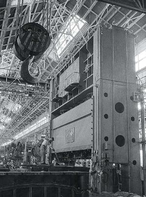 <b>中村が10年かけて開発した日本最大の鋼板用2000トンプレス機</b>(写真提供:トヨタ)