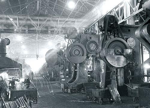 <b>鍛造プレス群。こちらは、いわゆる職人仕事が中心となる(挙母工場、1958年頃)</b>(写真提供=トヨタ)