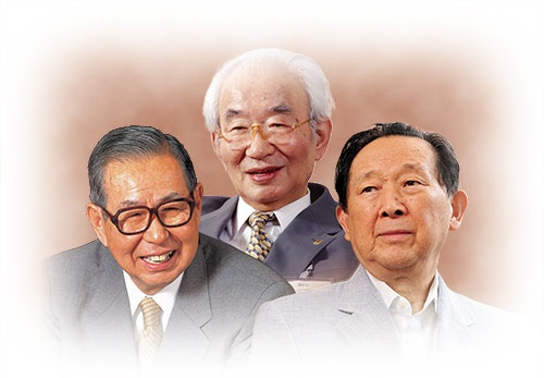 <b>創業者・伊藤雅俊(左)と、ダイエーの中内㓛(中央、故人)、セゾングループの堤清二(右、故人)</b>(写真=(左から)石河 行康、清水 盟貴、大槻 純一)