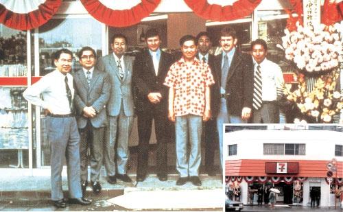 <b>セブン-イレブン・ジャパン(当時ヨークセブン)が出店した1号店。中央がオーナーの山本、その右奥が鈴木、左から3人目が伊藤</b>