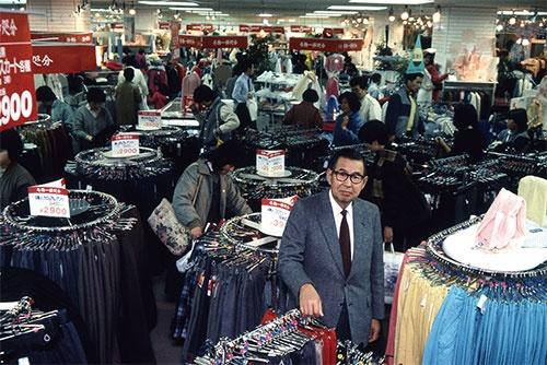 <b>名誉会長の伊藤雅俊は、衣料品に強いこだわりがあるという(写真は1992年当時)</b>( 写真=Fujifotos/アフロ)