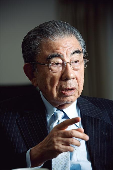 <b>鈴木敏文(すずき・としふみ)</b><br /> <b>1932年12月、長野県生まれ。中央大学経済学部を卒業後、東京出版販売(現トーハン)入社。63年にイトーヨーカ堂へ転職。73年にヨークセブン(現セブン‐イレブン・ジャパン)を設立し、コンビニエンスストアを日本に広めた。コンビニに銀行ATMを置くなど、常識にとらわれない改革を実施。2016年5月にセブン&アイ・ホールディングス会長兼CEO(最高経営責任者)から名誉顧問に退いた。人生観は「変化対応」。</b>(写真=的野 弘路)