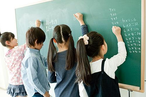 世代間の資産移転は親世代の教育費負担軽減につながる(写真=Bloomberg/Getty Images)