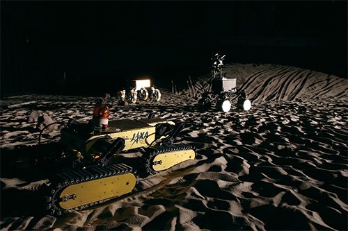 "<span class=""fontBold"">宇宙航空研究開発機構(JAXA)の宇宙探査フィールド(相模原市)。月や惑星の地表を想定し、探査ロボットなどを研究開発する</span>(写真=陶山 勉)"
