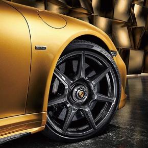 <small>●CFRP製ホイールを採用した高級スポーツカー</small>