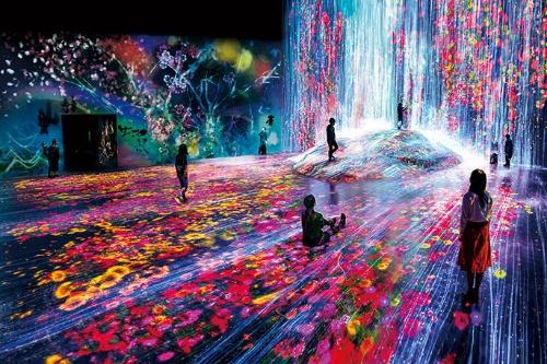 """<span class=""""fontBold"""">森ビルデジタルアートミュージアムの作品はセンサーを多数活用。投映された水は人を避けるように流れている</span>"""