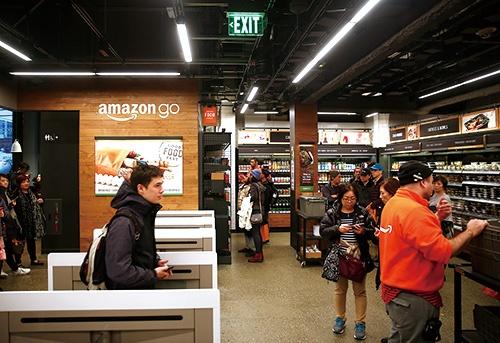 """<span class=""""fontBold"""">無人店舗への関心を高めたのは米アマゾン。世界の小売関係者の視察が絶えない</span>(写真=ロイター/アフロ)"""