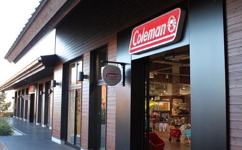 <b>キャンプ用品大手、コールマンの販売店(東京都昭島市)。米国発祥のブランドで日本でも知名度が高く、ファンも多い。オートキャンプなど最近のキャンプブームもあり日本での業績は好調に推移している</b>