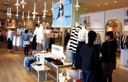 """<span class=""""fontBold"""">アース ミュージック&エコロジーいわき平店には平日でも多くの女性客が訪れる</span>"""