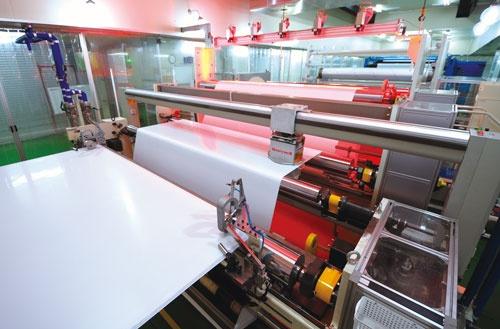 <b>ダブル・スコープの韓国工場の生産ライン。伸ばされたセパレーターを巻き取る最終工程だ。レーザーで厚さなどの品質をチェックする</b>(写真=島津 翔)
