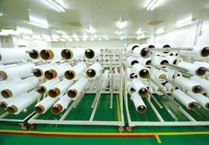 <b>生産したセパレーターの仮置き場。顧客ごとに管理されていて、LG化学などの名前が並んでいた</b>