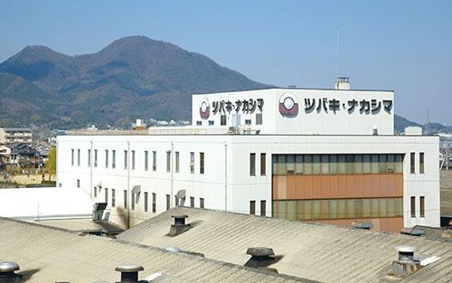 <b>奈良県葛城市にあるツバキ・ナカシマの葛城工場。三角屋根の工場が昭和の時代を感じさせる</b>