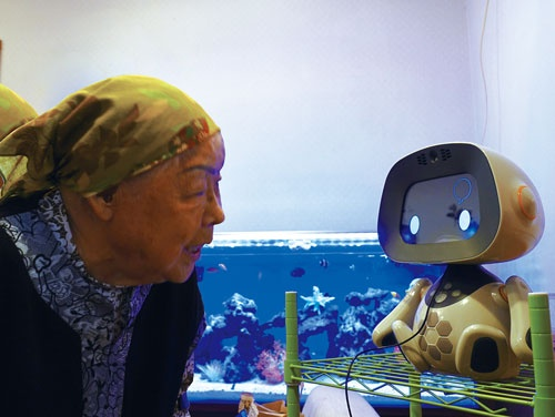 <b>老人ホームの入居者に施設の出入りを支援するロボット「ユニボ」</b>